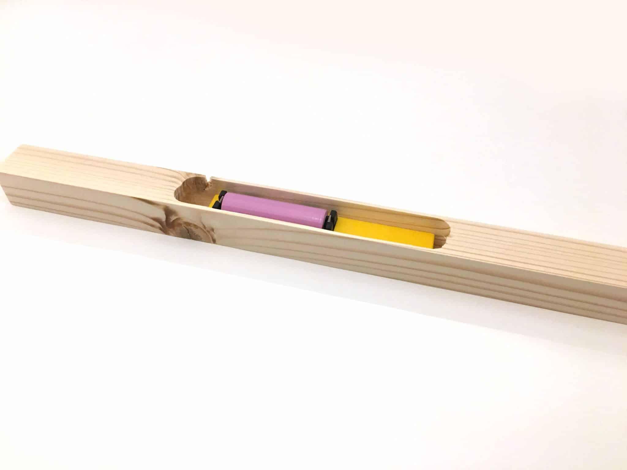 antifurto per arnia allogiato dentro al supporto di legno